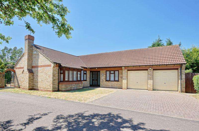 3 Bedrooms Detached Bungalow for sale in The Paddock, Huntingdon, Cambridgeshire.