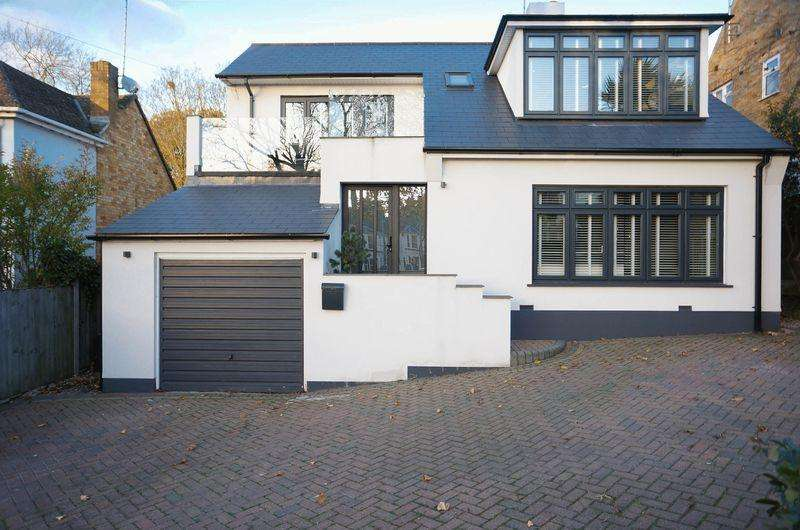 6 Bedrooms Detached House for sale in The Knoll, Rayleigh