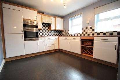 2 Bedrooms Flat for sale in Perrett Way, Ham Green, Pill, Bristol