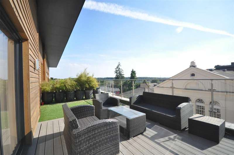 2 Bedrooms Penthouse Flat for sale in Coptfold House, New Road, Brentwood