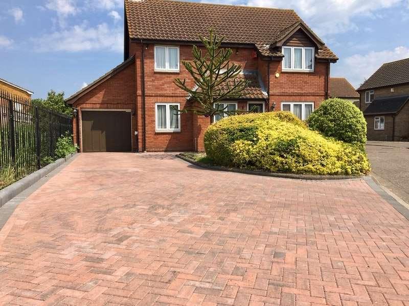 4 Bedrooms Detached House for sale in Findon Gardens, Rainham, Essex, RM13
