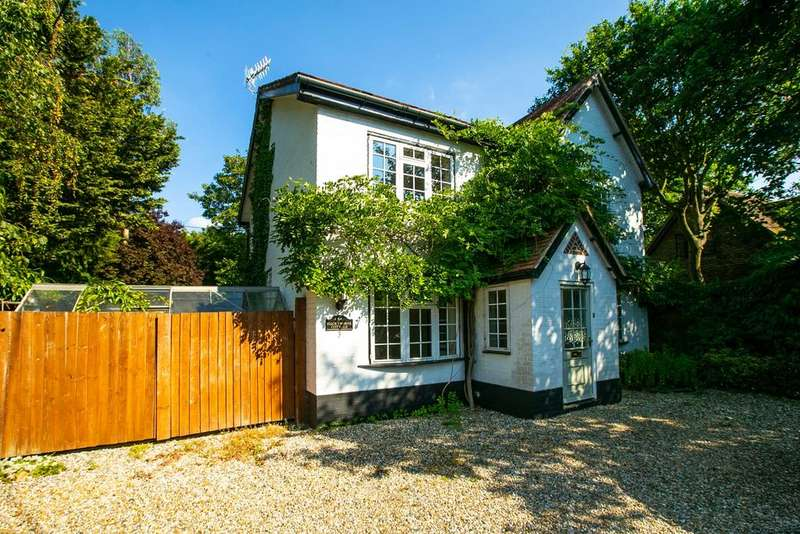 4 Bedrooms Detached House for sale in Charlton Lane, Swallowfield, Reading