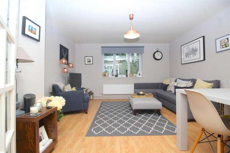 2 Bedrooms Flat for sale in Bream Close, London