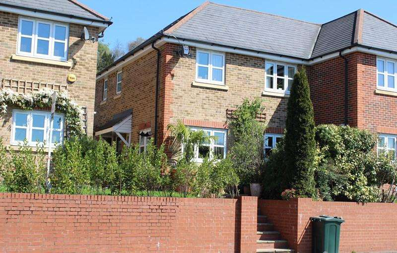 3 Bedrooms Semi Detached House for sale in West Wycombe Road, High Wycombe