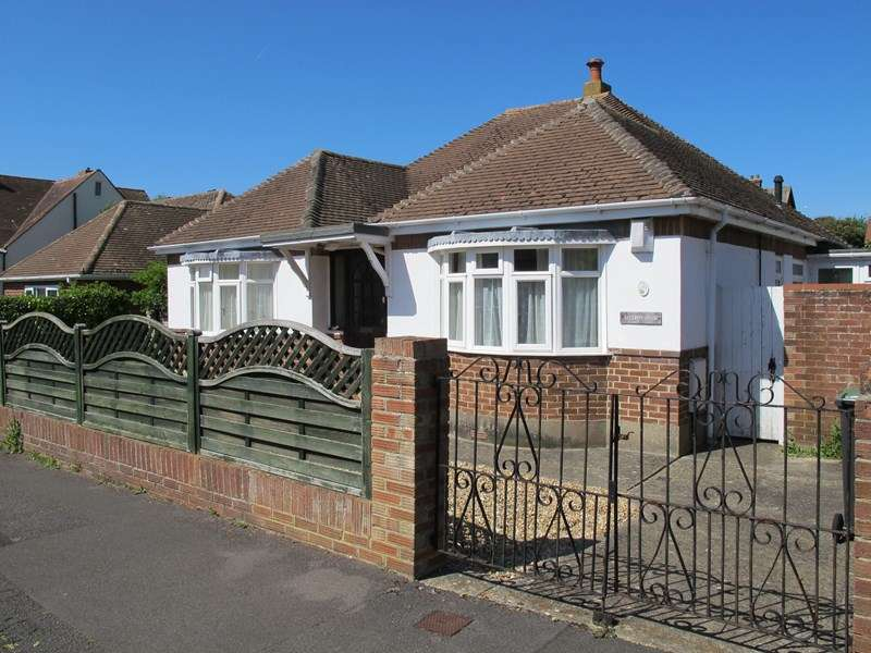 3 Bedrooms Bungalow for sale in Studland Road, Lee-On-The-Solent