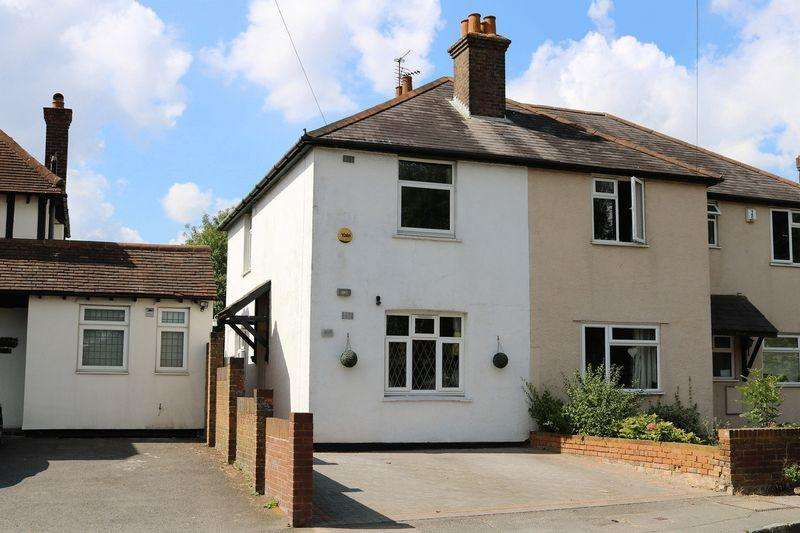 3 Bedrooms Semi Detached House for sale in Amersham Road, Hazlemere
