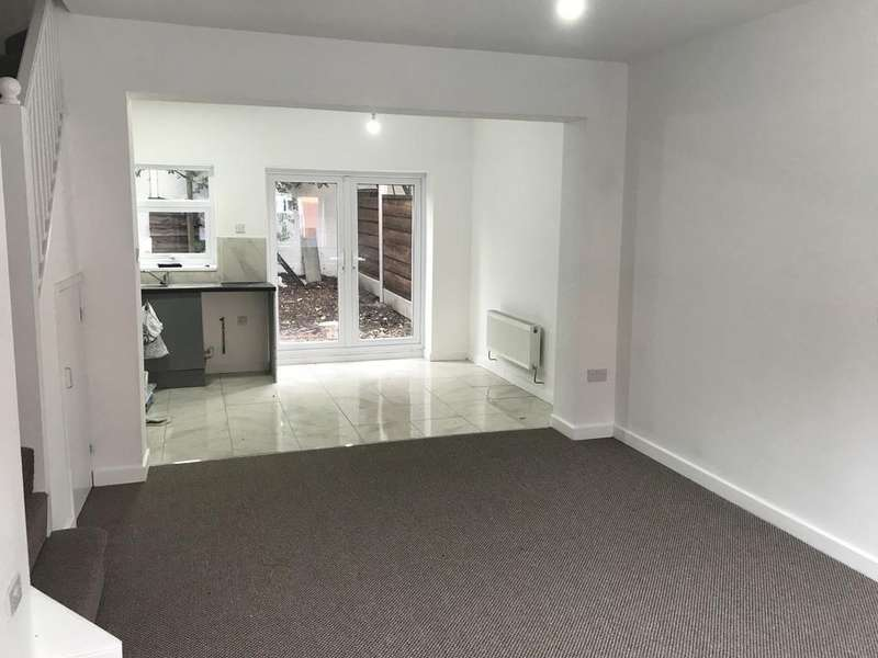 3 Bedrooms Semi Detached House for sale in Lyndhurst Road, Stockport