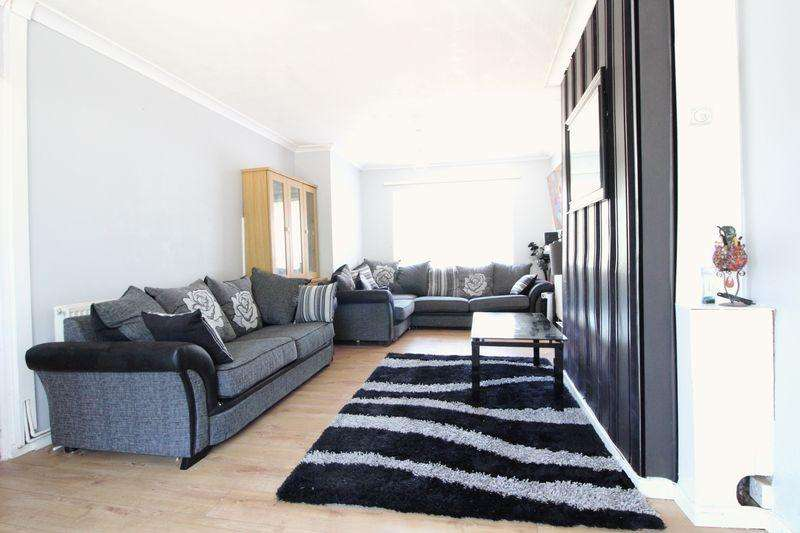 3 Bedrooms Terraced House for sale in Lovey family home over looking parkland on Regis Road, Luton