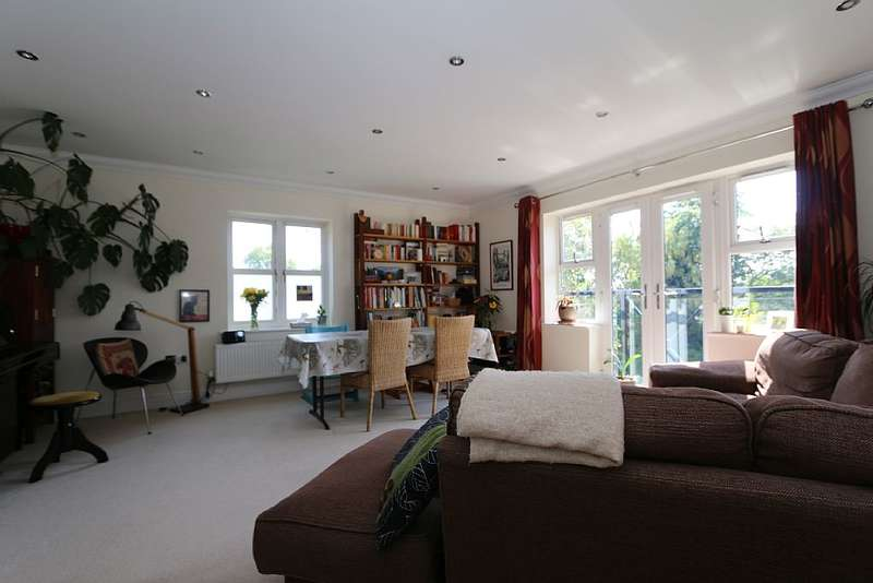 2 Bedrooms Flat for sale in Upcross House, Upcross Gardens, Reading, Berkshire, RG1 6PN