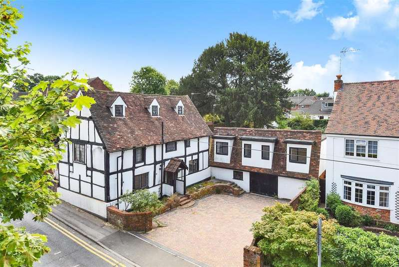 3 Bedrooms Detached House for sale in Barkham Road, Wokingham, Berkshire, RG41 2RD