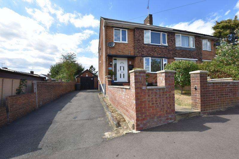 3 Bedrooms Semi Detached House for sale in Edgehill Gardens, Luton