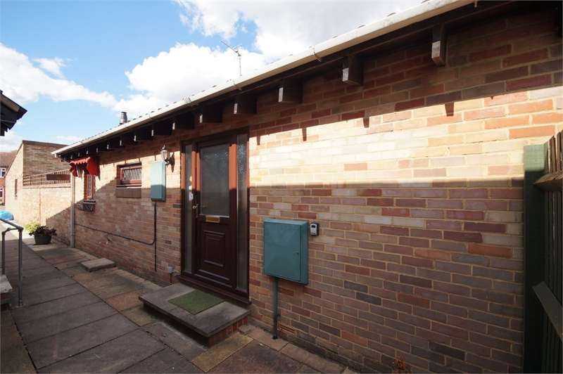 2 Bedrooms Detached Bungalow for sale in Mawbray Close, Lower Earley, READING, Berkshire