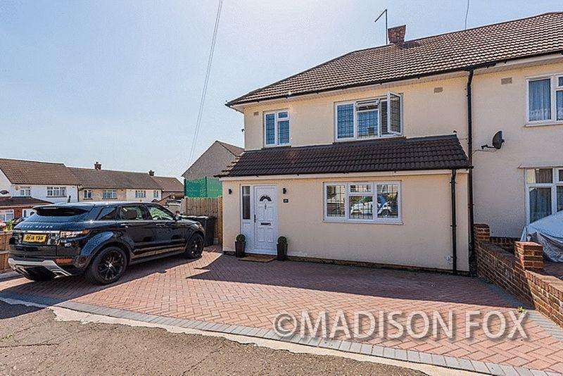 3 Bedrooms Semi Detached House for sale in Crossfields, Loughton, IG10