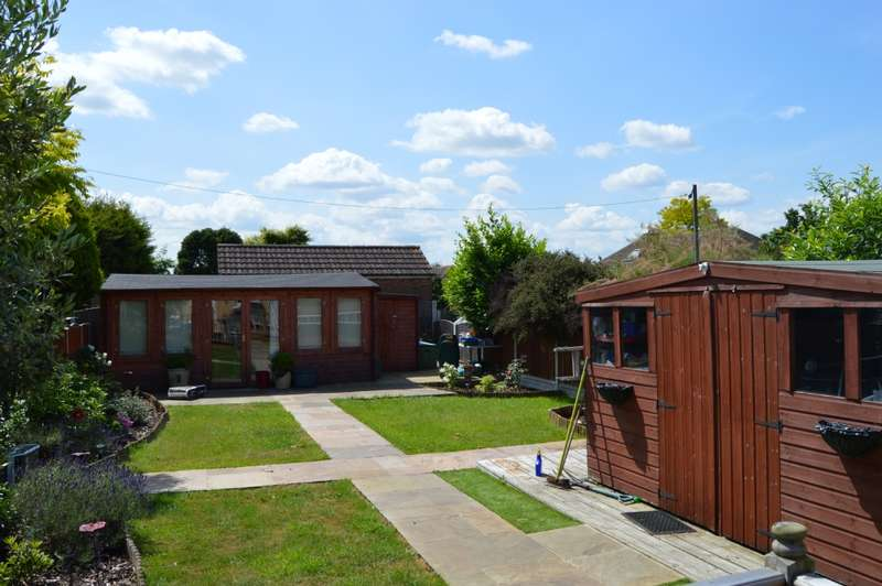 3 Bedrooms Semi Detached House for sale in Dorian Road, Hornchurch