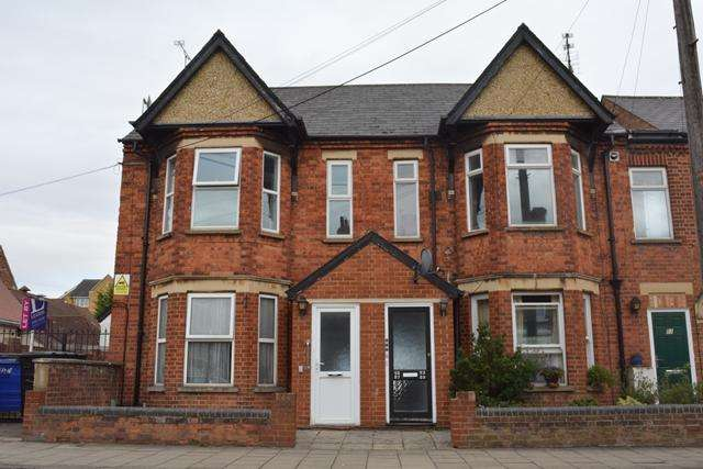2 Bedrooms Flat for sale in FOR SALE 2 BEDROOM FLAT, HURST GROVE, QUEENS PARK, BEDFORD