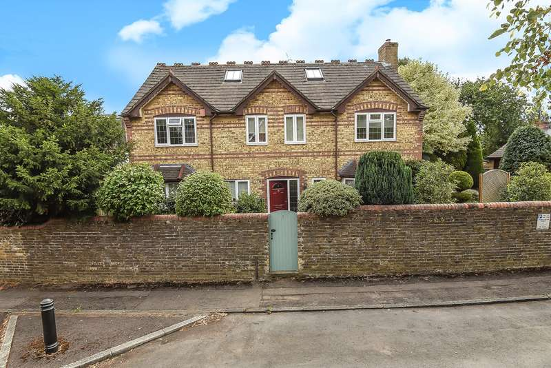 6 Bedrooms Detached House for sale in Castle Road, Fairfields, Basingstoke, RG21