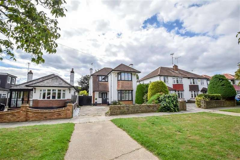 3 Bedrooms Detached House for sale in Broadlawn, Leigh-on-sea, Essex