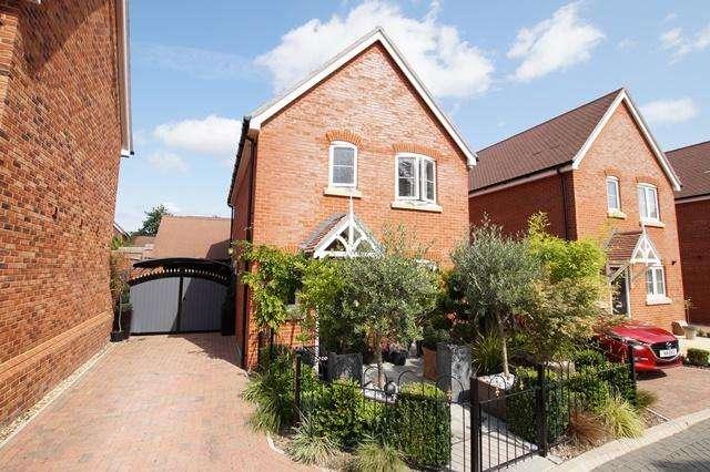 3 Bedrooms Link Detached House for sale in Sharp Close, Blandford Forum