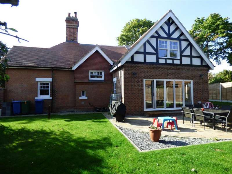 4 Bedrooms Detached House for sale in Swanland Road, Hessle