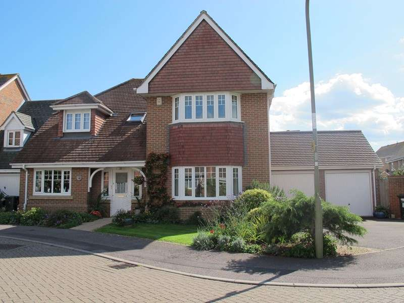 5 Bedrooms Detached House for sale in Estancia Close, Lee-On-The-Solent