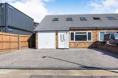 4 Bedrooms Bungalow for sale in Rainham, Essex, United Kingdom