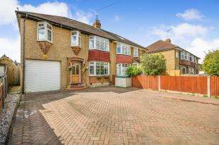 3 Bedrooms Semi Detached House for sale in Meadow Way, Chessington, Surrey