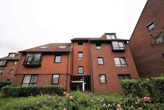 2 Bedrooms Maisonette Flat for sale in Kyngstone Court, Marina Gardens, Bristol