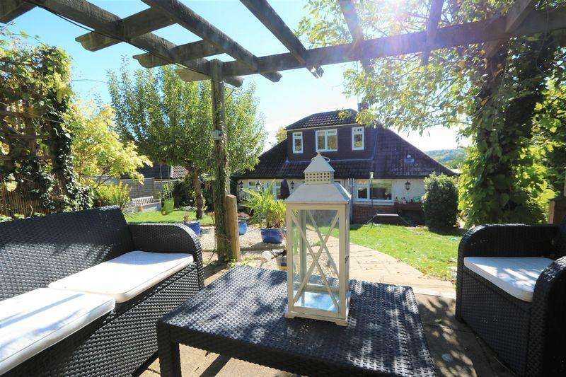 4 Bedrooms Detached House for sale in Court Close, Downley