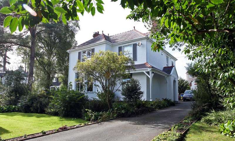 4 Bedrooms Detached House for sale in Glanhwfa Road, Llangefni, North Wales