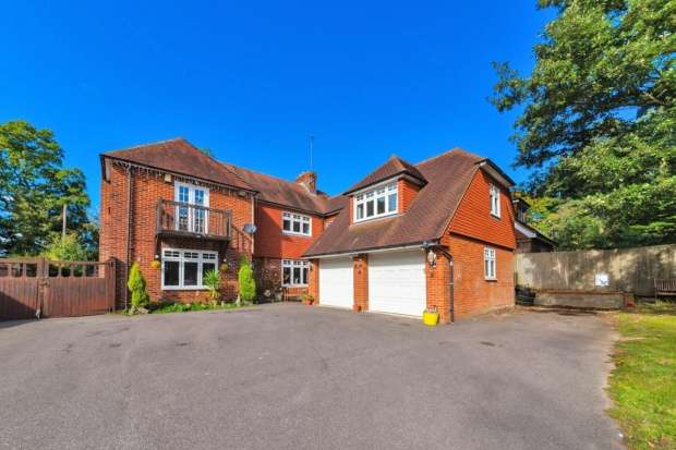 5 Bedrooms Detached House for sale in The Drive, Hailsham, East Sussex, BN27 4EP