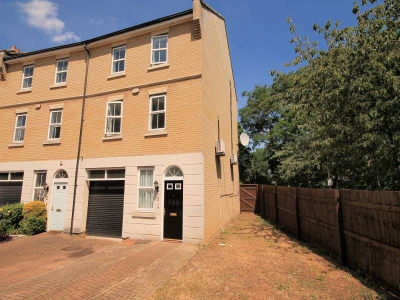 5 Bedrooms Property for sale in Monarch Way, Ilford, IG2