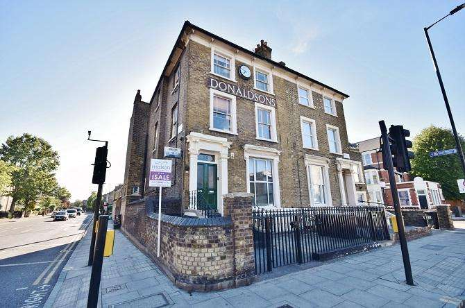 2 Bedrooms Flat for sale in Dalston Lane, Hackney, London E8