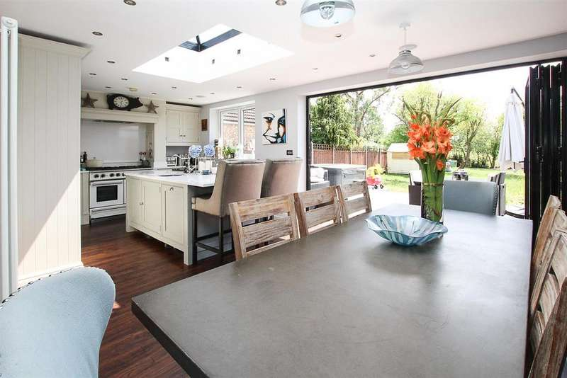 4 Bedrooms Semi Detached House for sale in Shepherds Hill, Romford