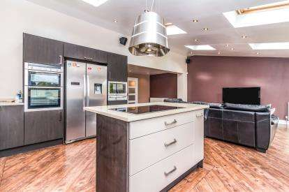 5 Bedrooms Detached House for sale in Leicester Road, Failsworth, Manchester, Greater Manchester