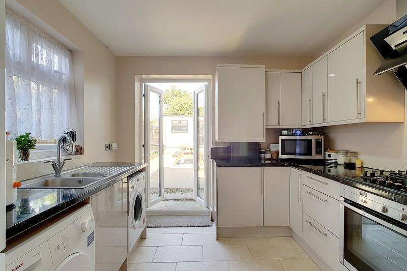3 Bedrooms End Of Terrace House for sale in Buxton Road, Stratford , London . E15
