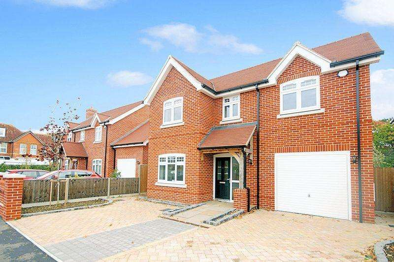 4 Bedrooms Detached House for sale in Victoria Square, Lee-on-the-Solent, PO13