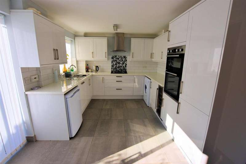 3 Bedrooms Terraced House for sale in Armour Hill, Tilehurst, Reading