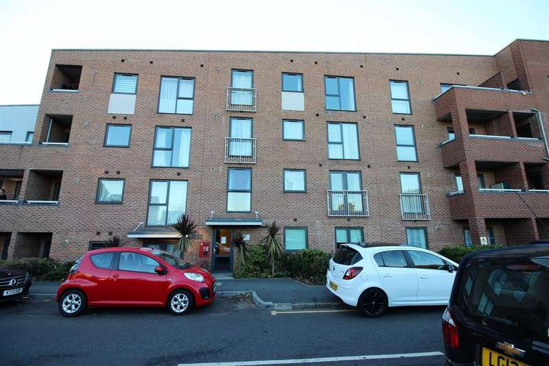 2 Bedrooms Apartment Flat for sale in The Chase, Grays