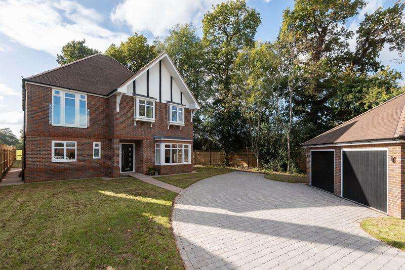 5 Bedrooms Detached House for sale in Folders Lane, Burgess Hill