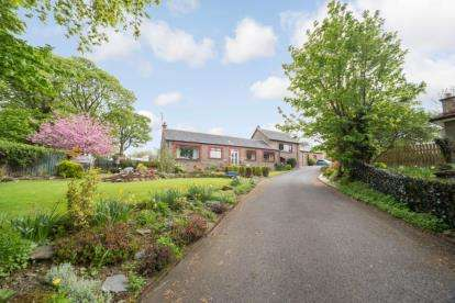 3 Bedrooms Bungalow for sale in Barrs Court, Cardross