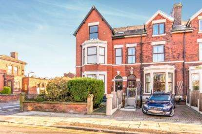 2 Bedrooms Flat for sale in Walmersley Road, Walmersley, Bury, Greater Manchester, BL9