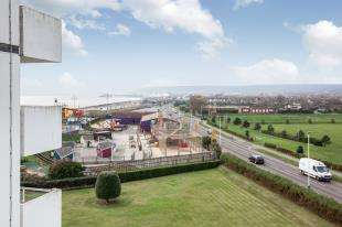 2 Bedrooms Flat for sale in Monarch House, Royal Parade, Eastbourne, East Sussex