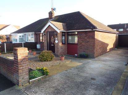 2 Bedrooms Bungalow for sale in Cloisters Road, Luton, Bedfordshire, England