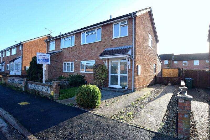 3 Bedrooms Semi Detached House for sale in Tyne Road, Aylesbury