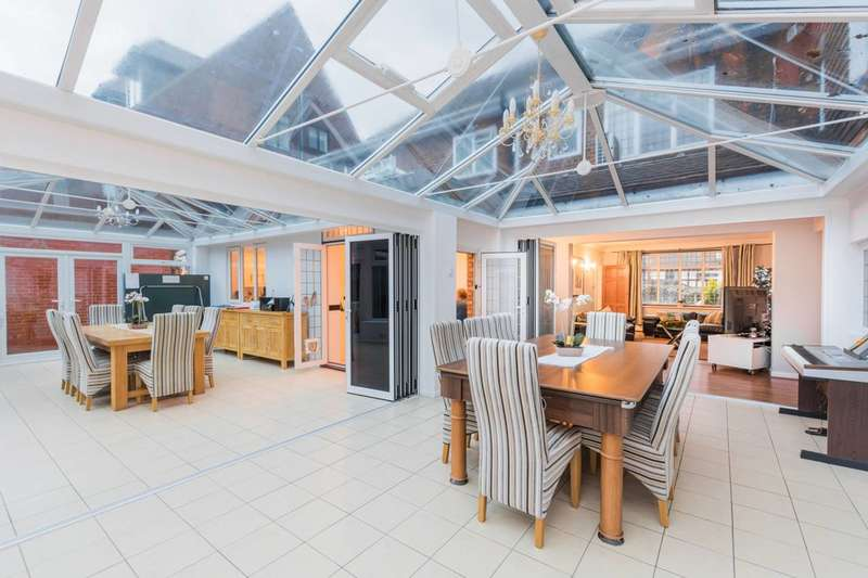5 Bedrooms Detached House for sale in Tycehurst Hill, Loughton, IG10