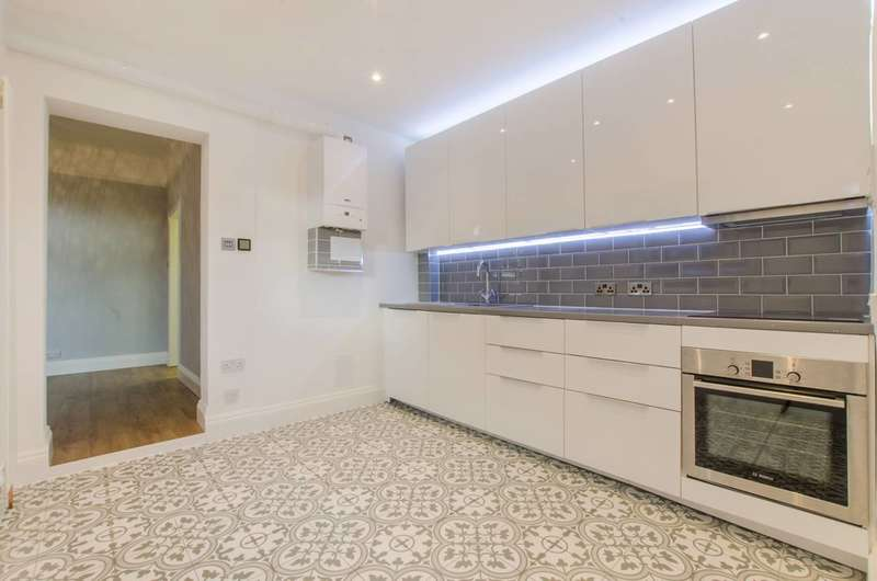 2 Bedrooms Flat for sale in Ardgowan Road, Catford, SE6