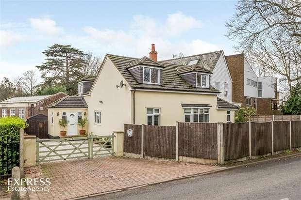 4 Bedrooms Detached House for sale in Halliford Road, Shepperton, Surrey