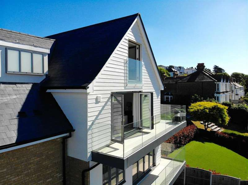 3 Bedrooms Apartment Flat for sale in Bellsands, Leigh Hill, Leigh-On-Sea