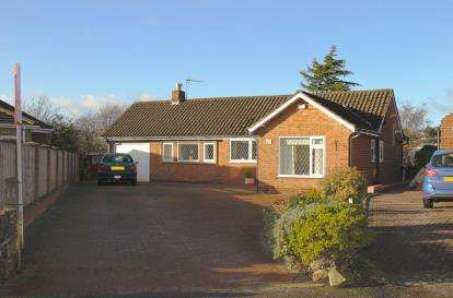 2 Bedrooms Bungalow for sale in Highfields Crescent, Dronfield, Derbyshire