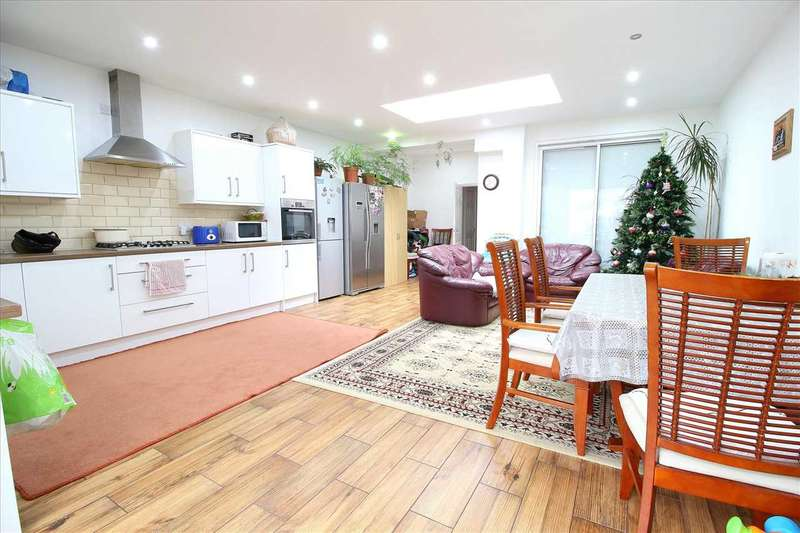 3 Bedrooms Terraced House for sale in Gantshill Crescent, Gants Hill, Ilford